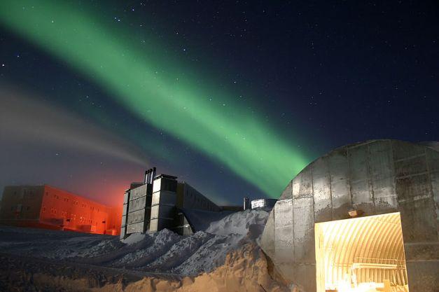 800px-Amundsen-Scott_marsstation_ray_h_edit